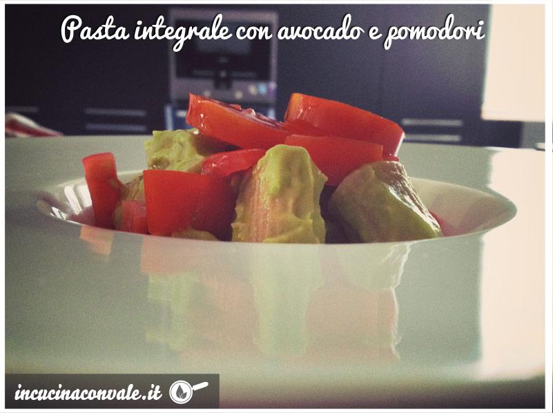 Pasta integrale con crema di avocado e pomodori